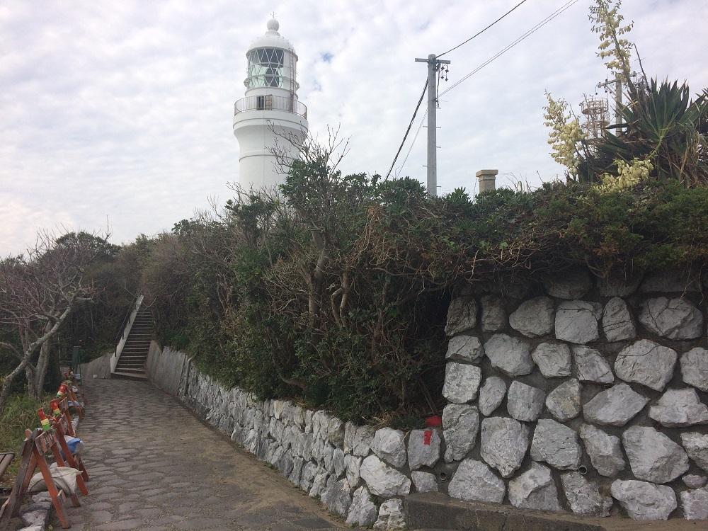 御前崎灯台と道