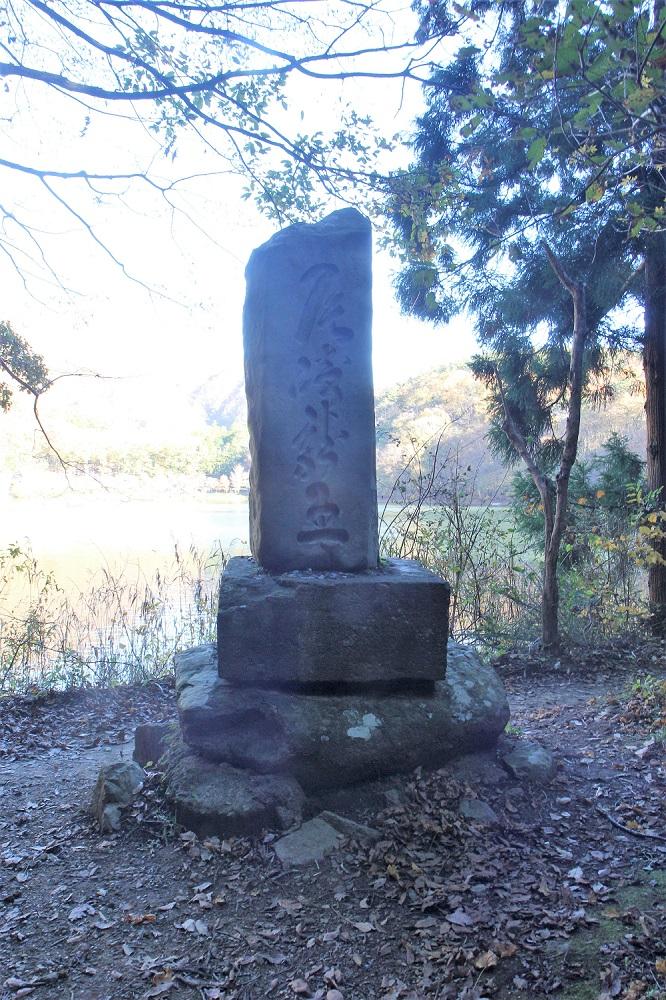なでしこが拝んだ石碑