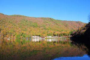 四尾連湖の紅葉全体