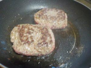 そのまんま肉バーグ逆側を焼く